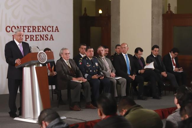 Critica AMLO silencio ante el saqueo de empresas españolas en México