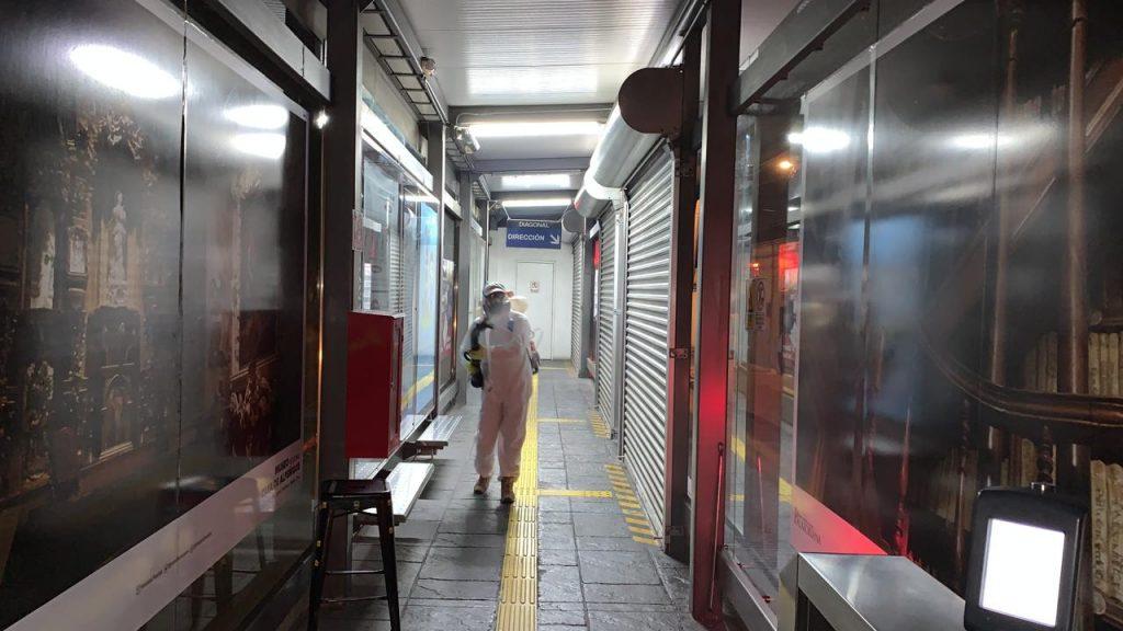 Sanitizan terminales y paraderos de RUTA